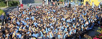 Imagen aerea del patio del colegio con todos los alumnos formando un grupo