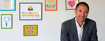 Francisco Barrionuevo junto al logotipo del grupo educativo Novaschool