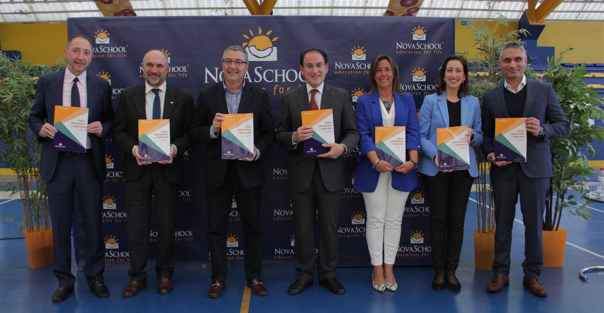 Empresarios y profesores sosteniendo el libro de Cultura Emprendedora y Empresarial