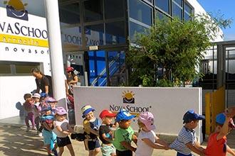 Niños saliendo de excuersión en la escuela infantil de Arrecife