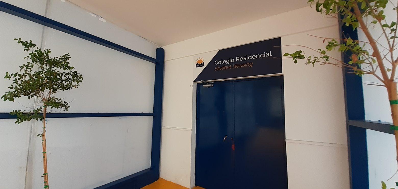 Entrada de acceso al colegio residencial Novaschool