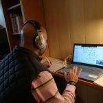 Profesor de Bachillerato impartiendo su clase online