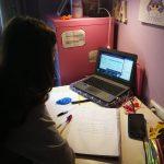 Alumna de secundaria siguiendo su clase online