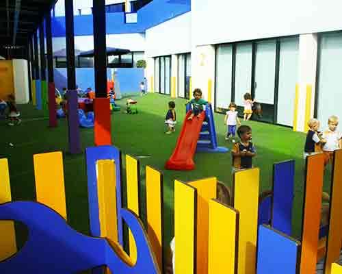 Valla de colores en el patio de infantil de Benalmádena