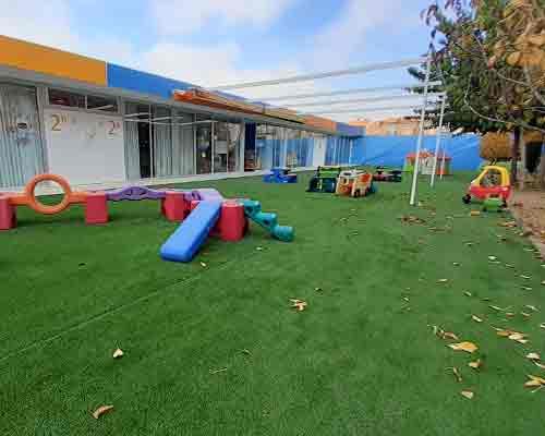 Juegos de psicomotricidad en un patio de la escuela infantil